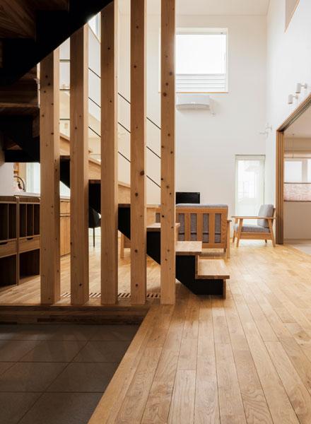 子ども部屋のある2階へ続く階段は、リビングの一角にレイアウト。階段下は、子どもたちのかばん置き場として活用