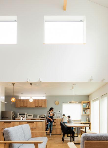屋根なり天井がつくり出すリビングの吹き抜けは約7m。開放的なリビングとは対照的に、ダイニングは天井高を抑えて、落ち着きを演出