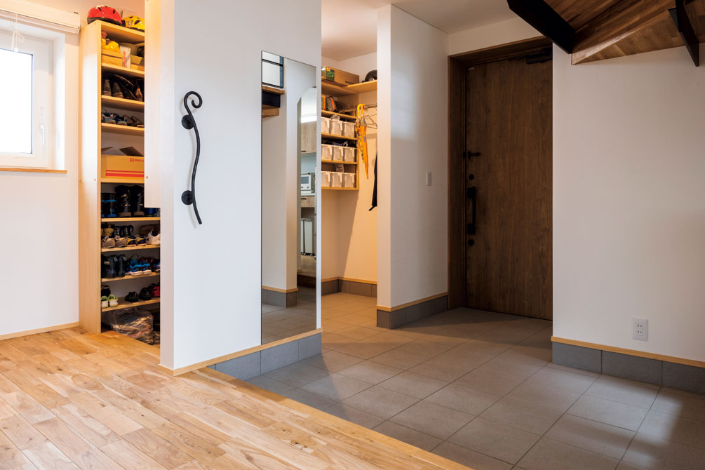 玄関土間には5人家族のたくさんの靴などをスッキリ収めるシューズクロークを設置。土間はキッチンにも直結し、週に一度のまとめ買いの食品を最短動線で運ぶことができる
