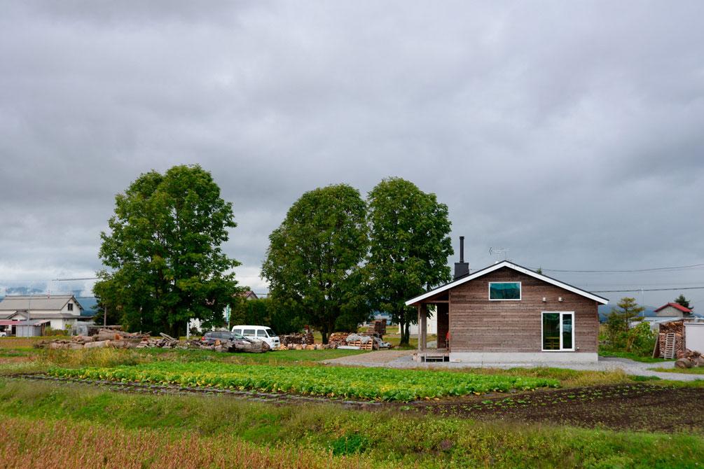 自宅前は、奥さんのお父さんが野菜づくりを楽しむ畑。Hさんはこれから、薪棚をつくり、果樹を主役にした庭づくりに取り組む予定