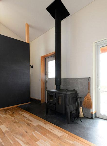 Hさんが希望していた薪ストーブは、北海道ハウジングの提案でドイツ・ブルナー社のアイアンドッグN°06を採用。暖房のほか、多彩なストーブ料理が楽しめる