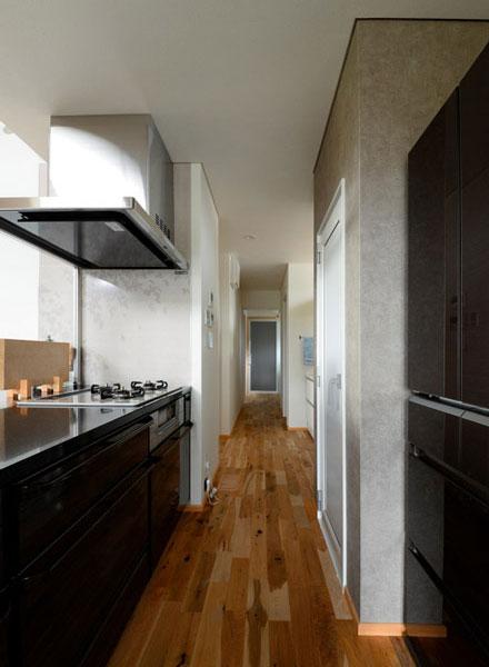 キッチンからユーティリティ、浴室は1本の動線でつなぎ、家事効率の良さを実現。キッチン背面には食品庫も備える