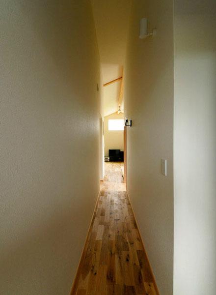 主寝室とLDKは廊下でつながる。右手前は娘さんの部屋。天井の高さと廊下が、奥行き感を演出している
