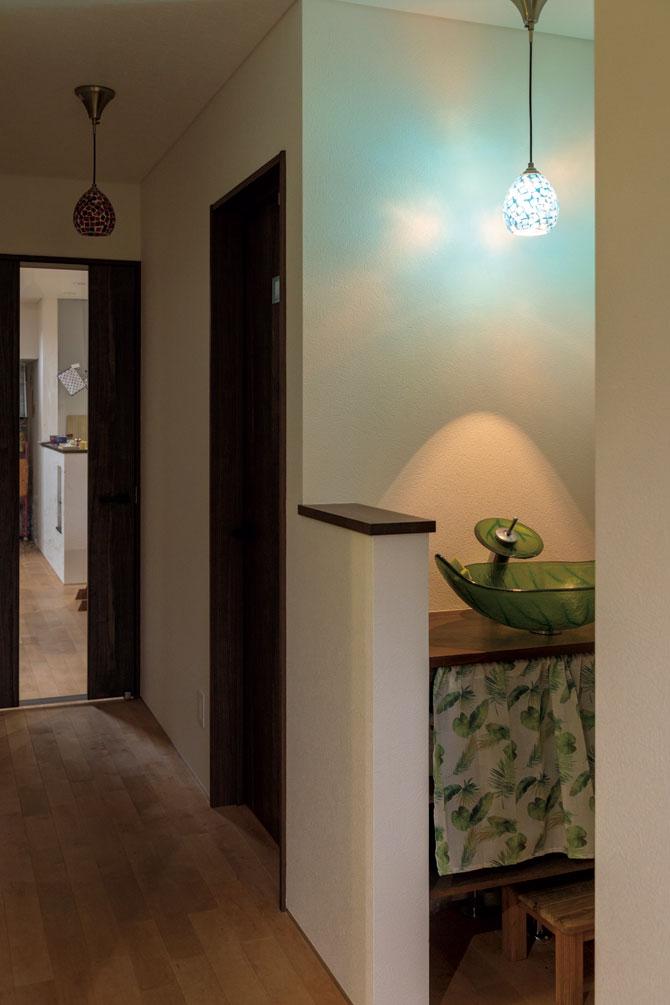 玄関ホールには、帰宅した家族がすぐに手を洗えるよう、手洗い場を設置。カラフルな照明と手洗いボウルは施主支給