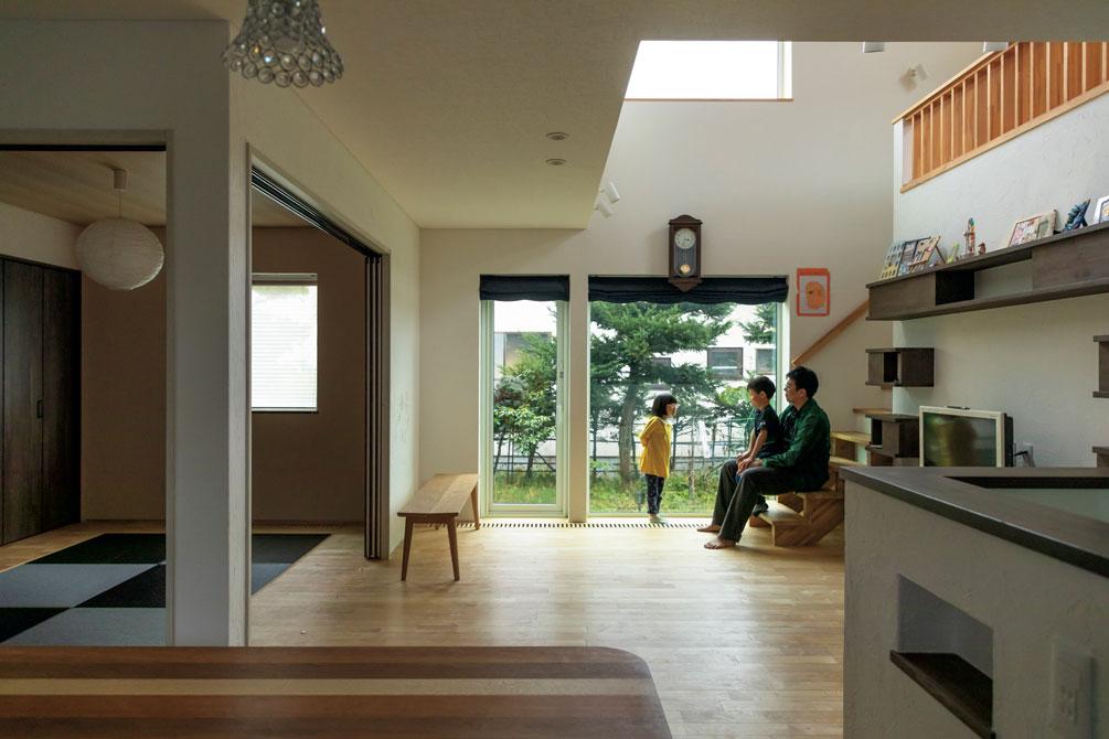 リビングと吊り戸で間仕切りした和室は、モダンな琉球畳を採用。リビングの大開口、ハイサイドライトからこぼれる陽射しで、冬も明るく暖かい