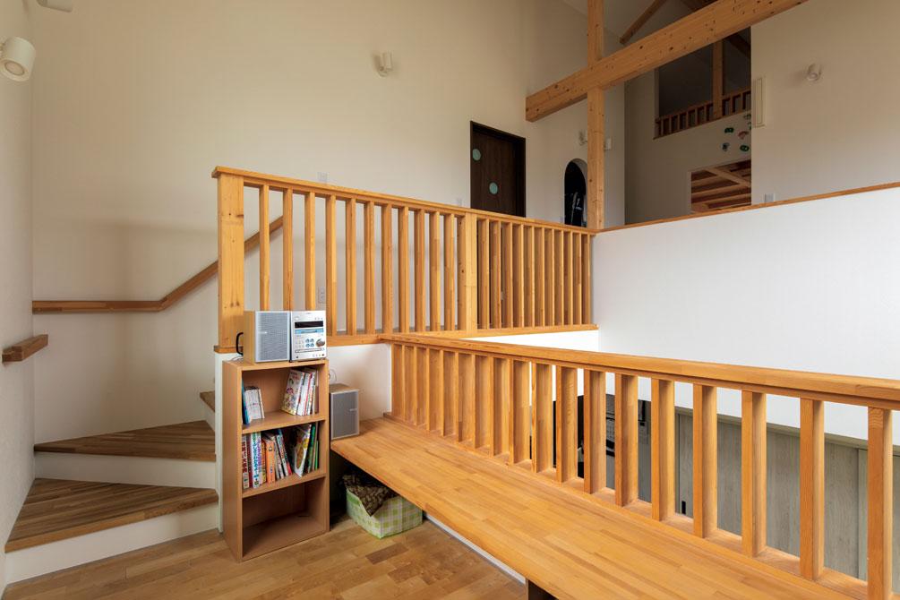ご夫妻が目指したのは、子どもが主役の家。1階全体を見渡せる中2階には遊び場や学習スペースになるカウンターを設けた