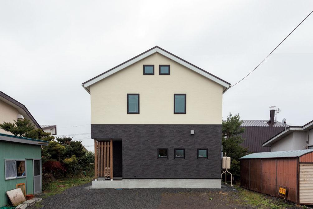 三角屋根と窯業系サイディング、塗り壁が落ち着いた雰囲気をつくり出す外観