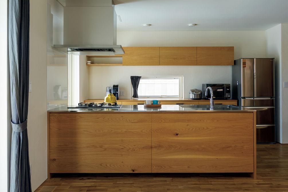 キッチン・バックボードもYさんの造作。大きい二枚扉の大収納はすっきりリビングの要