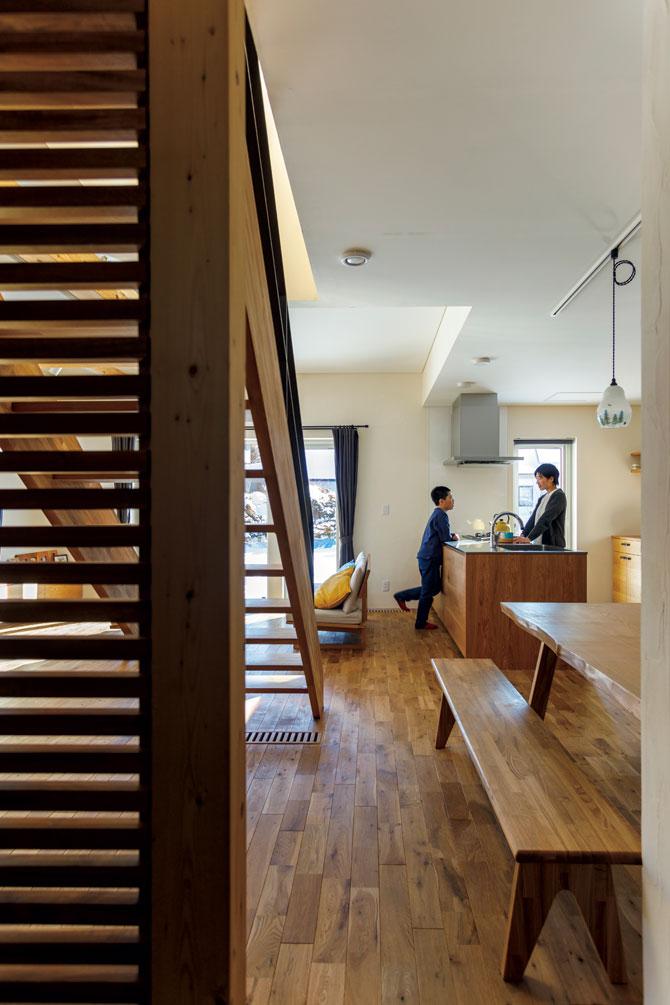 玄関から見たダイニング・キッチン。木製のパーテーションもご主人の造作。ダイニングテーブルは木目が美しいタモの一枚板