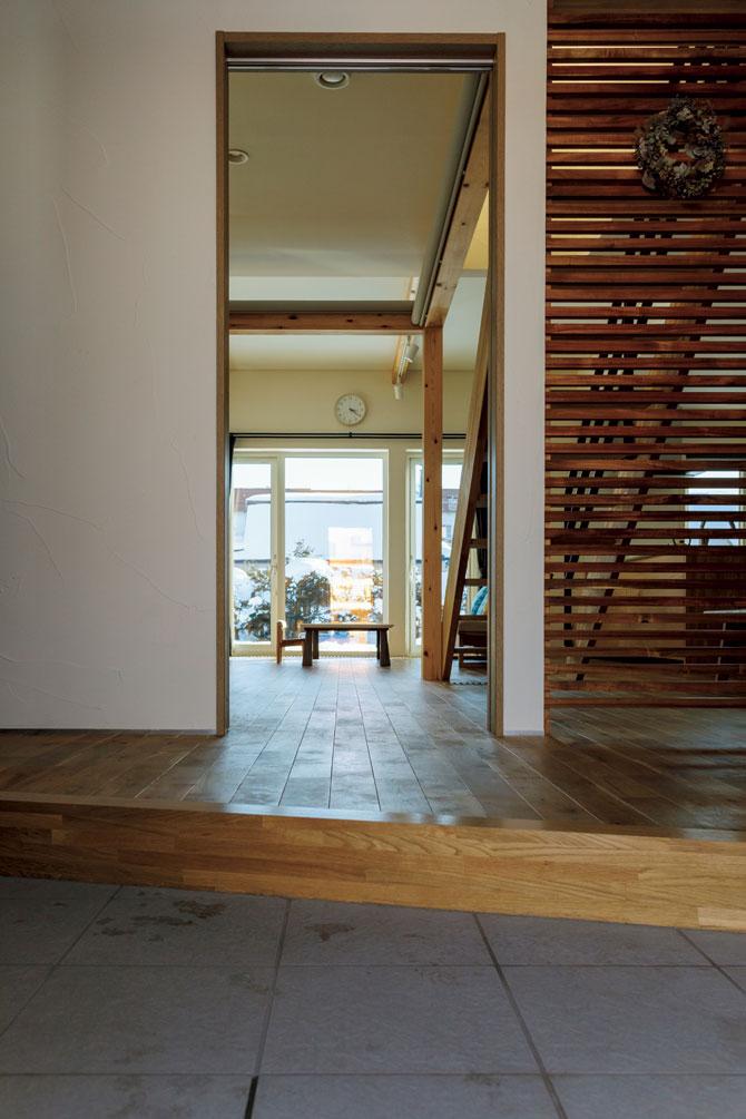 玄関から客間とリビングを望む。内壁はすべて珪藻土の塗り壁