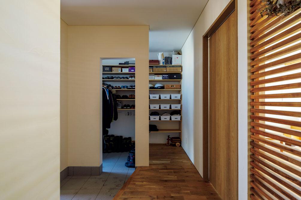 大容量のシューズクロークを確保した玄関。右側の扉は客間につながる