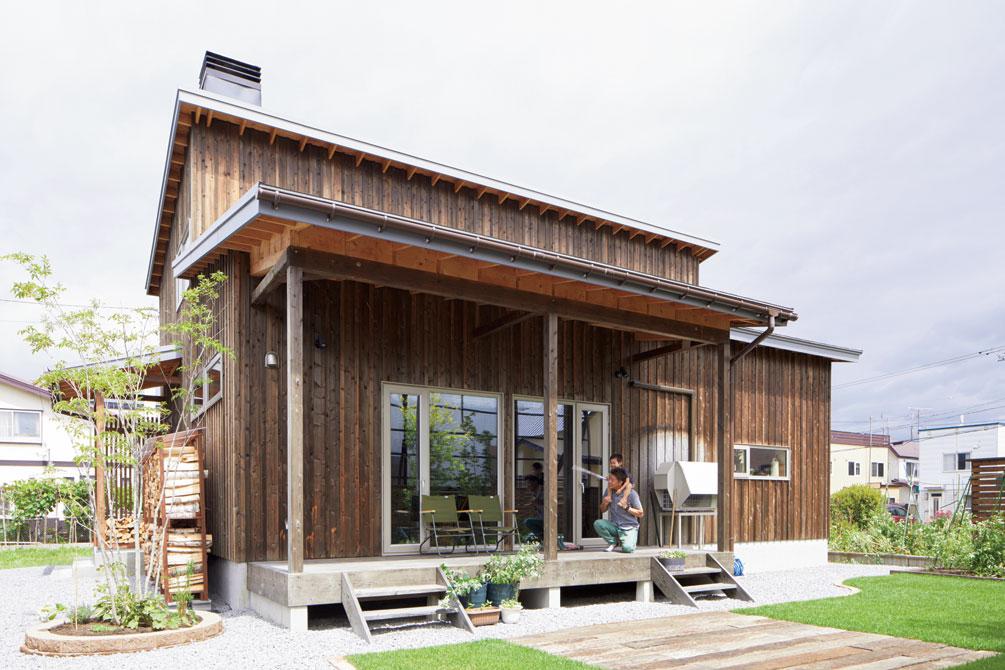 テラスには雨や陽射しを遮る長い庇も設けられ、家族の憩いの場になった