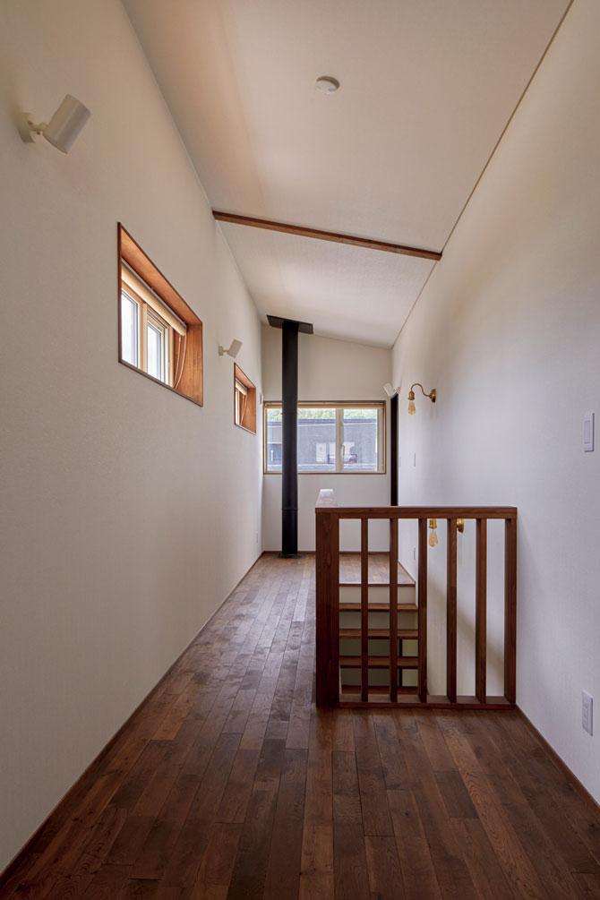 Hさん宅の主暖房は、1階土間の薪ストーブ。高断熱・高気密なので、階段から上昇してくる熱だけで2階全体も暖まる