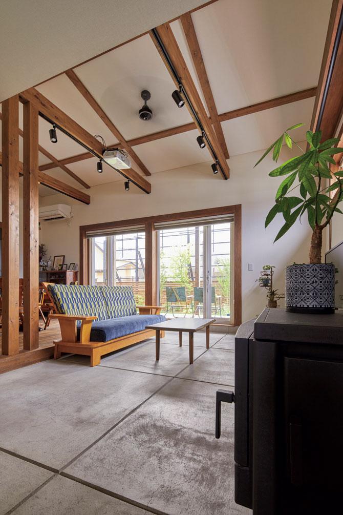 土間リビングは、玄関、テラス、庭へと動線がつながり、Hさんの望みどおり「内と外が一体となったアウトドアな家」になった