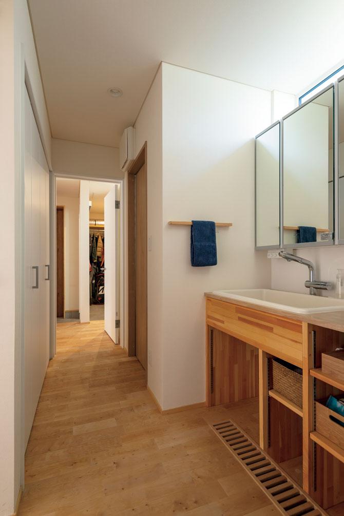 手洗いやトイレなどの水まわりは、玄関と直線で結ばれている