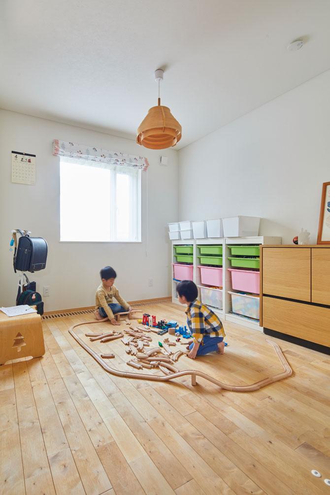 リビングに隣接する客間は、普段は子どもたちのスペースとして使用